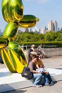 visitors at Jeff Koons on the Roof of Metropolitan Museum of Art in New York City in October 2008 (Christopher Holt LTD - LondonUK, Christopher Holt LTD/Image by Christopher Holt - www.christopherholt.com)