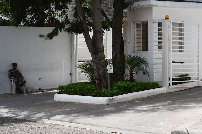 Militar custodia edificios regalados por Leonel a sus amigos y familiares
