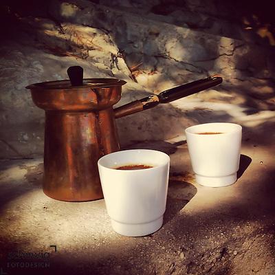 Tuerkische Kaffeekanne mit Tassen im Halbschatten, Brac, Kroatien (dieter schewig)