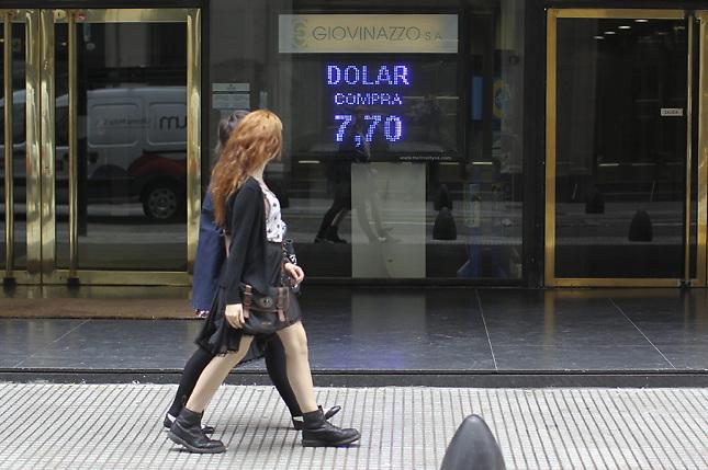 Moody's prevé que el peso argentino se devalúe un 50 % más en 2014
