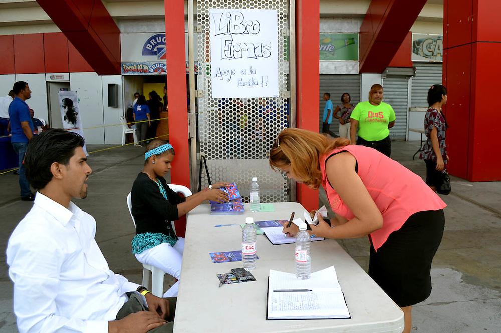 Creyentes firmando el libro contra la comunidad LGTB