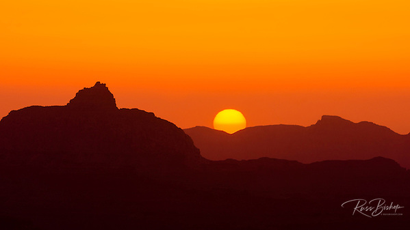 Sunrise over the Grand Canyon from Mather Point, Grand Canyon National Park, Arizona USA (© Russ Bishop/www.russbishop.com)