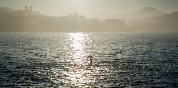 Man paddleboarding in La Concha beach in San Sebastian (Spain) (Carlos Peñalba)
