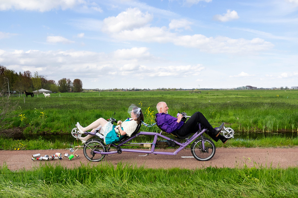 In Zegveld zijn Marjolein en Rob net getrouwd en gaan op de ligfiets op weg naar het feest.