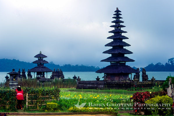 Bali, Tabanan, Bratan. The Ulun Danu temple is beautifully situated at the banks of Lake Bratan. A woman brings offerings. (Bjorn Grotting)