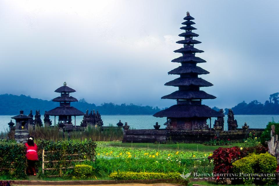 Bali, Tabanan, Bratan. The Ulun Danu temple is beautifully situated at the banks of Lake Bratan. A woman brings offerings. (Bjorn Grotting)