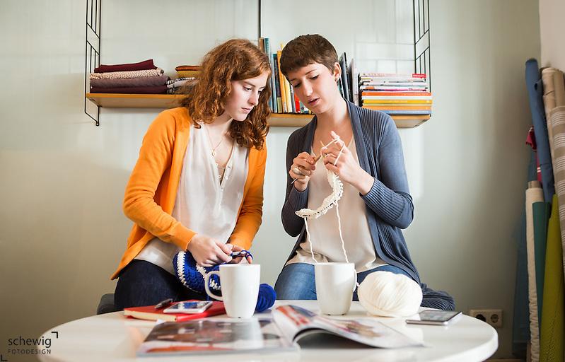 Junge Frauen häkelnd und strickend in Nähcafé, Wien, Österreich, Trend DIY als bewusste Freizeitgestaltung, Kreativität, Individualität (Dieter Schewig)
