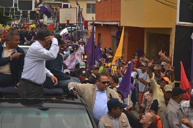 """Leonel  hace señal de """"locos"""" a ciudadanos que lo rechazaron en caravana"""