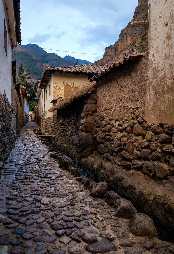 OLLANTAYTAMBO, PERU - CIRCA OCTOBER 2015: Typical cobblestone street in Ollantaytambo, a small village in the Cusco region known as Sacred Valley (Daniel Korzeniewski)