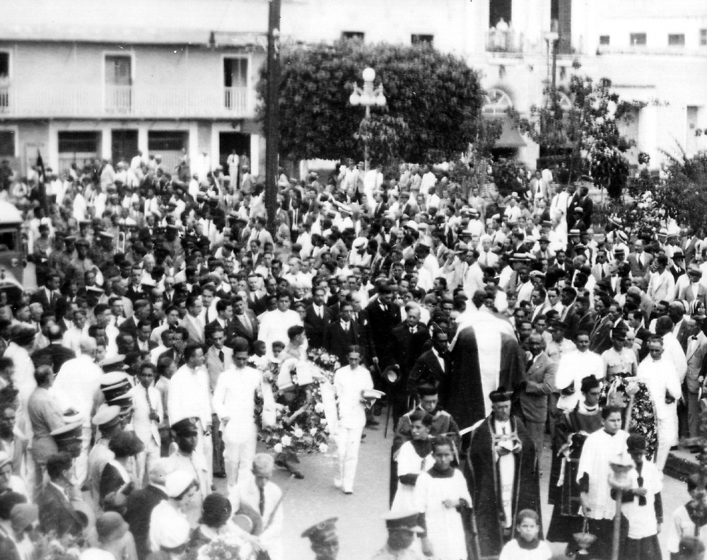 Saliendo de la Casa Consistorial procesión  fúnebre hacia el atrio de la Catedral. La nación en duelo despide al prócer con ofrendas de coronas de flores