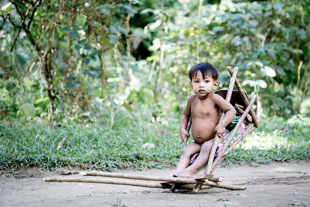 A Batak child in a makeshift trailer (Robin Moore)