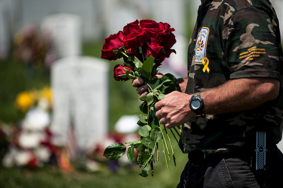On Memoral Day, friends and relatives visit the graves of the fallen at Arlington National Cemetery in Arlington, Virginia, USA, on 26 May 2014. (PETE MAROVICH/EPA)