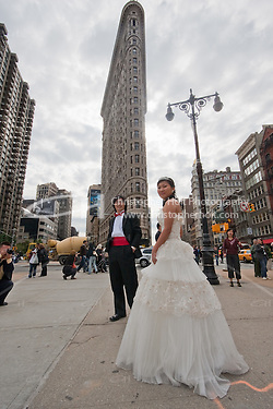 wedding outside Flatiron building in New York City October 2008 (Christopher Holt LTD - London UK/Image by Christopher Holt - www.christopherholt.com)