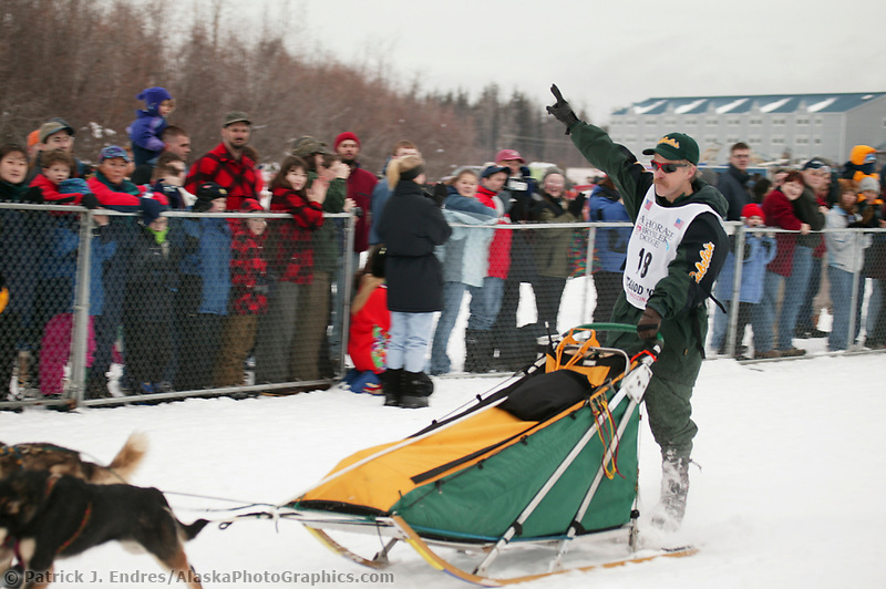 Dog Musher Jeff King leaves the shoot for the 1000 mile 2003 Iditarod sled dog race from Fairbanks to Nome, Alaska . Lack of snow along the normal trail route further south forced the relocation of the restart on the Chena River in Fairbanks. (Patrick J. Endres / AlaskaPhotoGraphics.com)