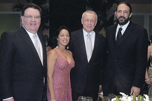 Raisa, cuando fue premiada como Mujer del Año, por Diario Libre. Aparecen Arturo Pellerano, el entonces vicepresidente Rafael Alburquerque y el músico Juan Luis Guerra. Foto tomada de Diario Libre.