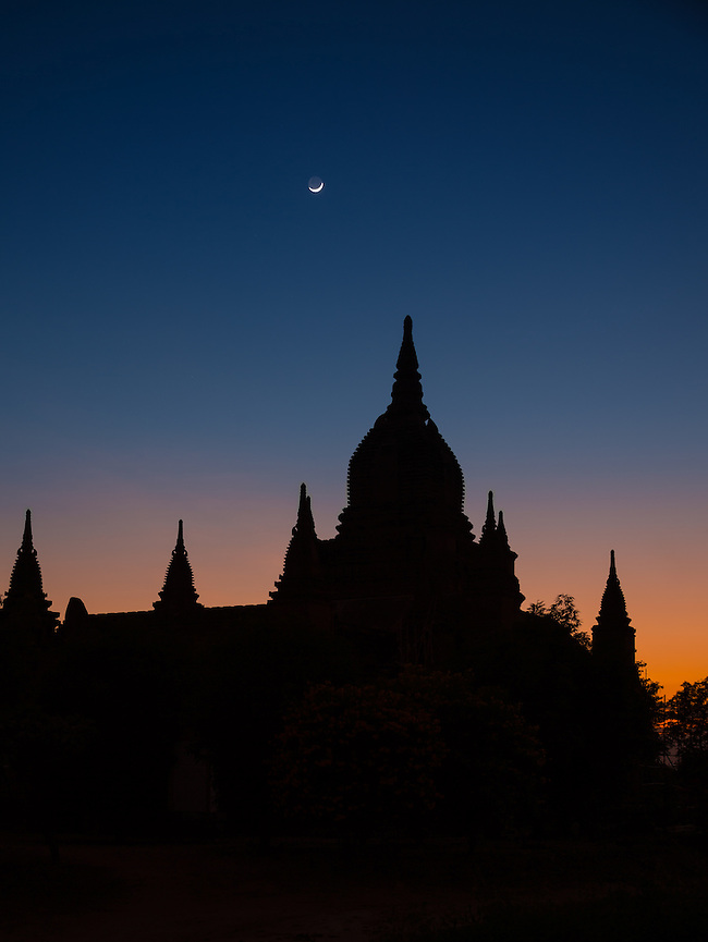 Shilouette of temples over Bagan in Myanmar during twilight. (Daniel Korzeniewski)