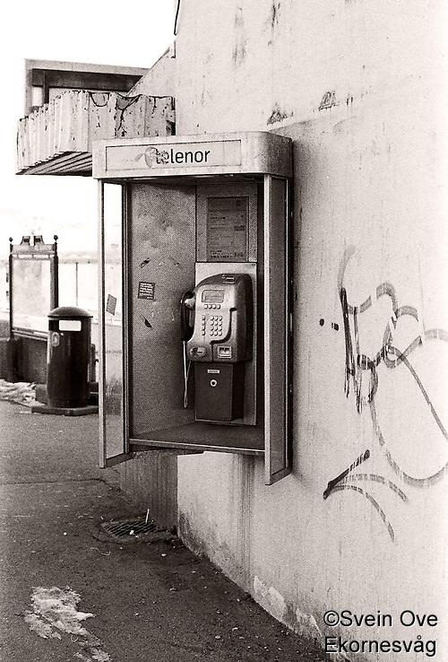 Telefonkiosk på veggen av Rutebilstasjonen i Ålesund. Foto: Svein Ove Ekornesvåg (1996-2001 AccuSoft Co., All rights reserved/Svein Ove Ekornesvåg)