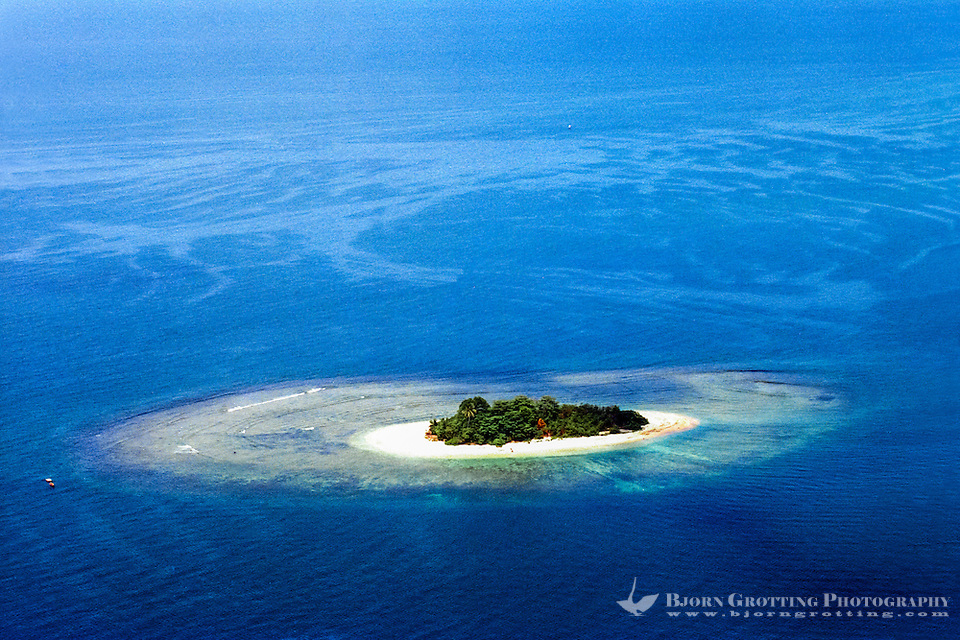 West Sumatra, Padang. Coral reef and a small island west of Padang (from helicopter). (Photo Bjorn Grotting)
