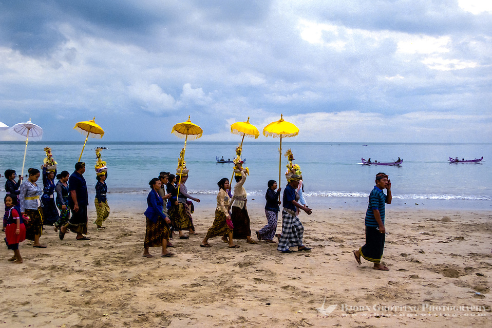 Bali, Badung, Jimbaran. A hindu ceremony held on the beach just before sunset. (Photo Bjorn Grotting)