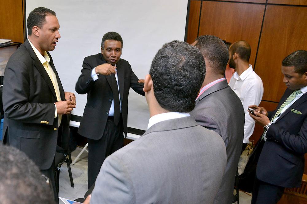 Félix Bautista, conversando con sus abogados.