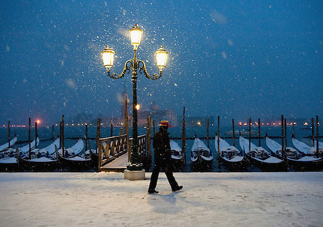 VENICE, ITALY - DECEMBER 17:  Gondolier walks in the snow in San Marco on December 17, 2010 in Venice, Italy. Snow has fallen across much of Europe today and is expected to continue over the weekend, causing traffic chaos and disrupting Christmas deliveries. (Marco Secchi)
