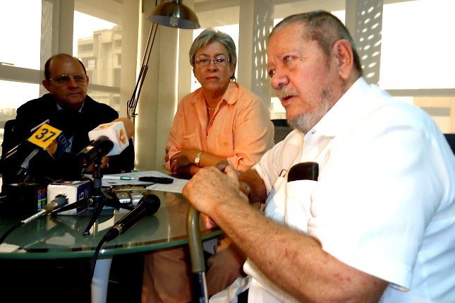 Delio Gómez Ochoa (derecha)