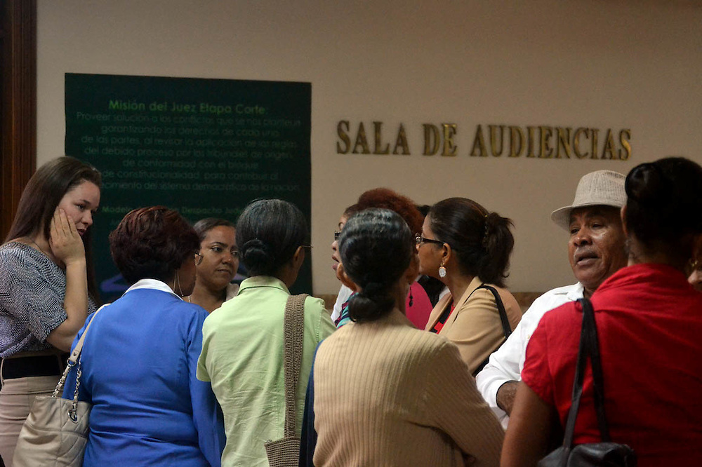 Familiares y grupos de apoyo acompañaron a las jóvenes demandantes.
