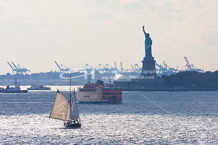 statue of liberty seen from brooklyn New York October 2008 (Christopher Holt LTD - London UK/Image by Christopher Holt - www.christopherholt.com)
