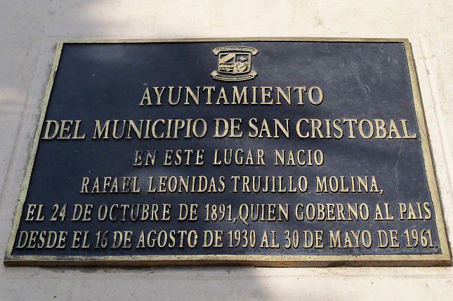 Tarja colocada en el lugar de nacimiento de Rafael Trujillo, en San Cristóbal. En la leyenda el dictador es presentado como un gobernante cualquiera, no como el cruel tirano que fue.
