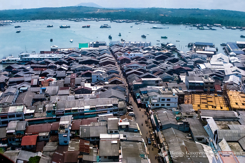 Riau Islands, Bintan. View over Tanjung Pinang. Parts of the city are built on stilts (from helicopter). (Bjorn Grotting)