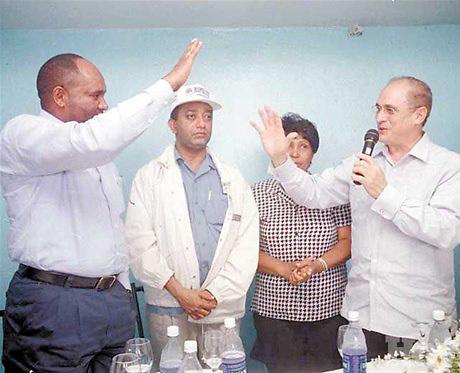 Quirino Ernesto Paulino Casillo al ser juramentado por Sergio Grullón, para apoyar la reelección de Hipólito Mejía en 2004.