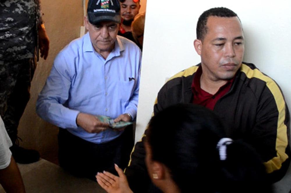 El alcalde  Félix Rodríguez Grullón repartiendo papeletas de RD$500.00
