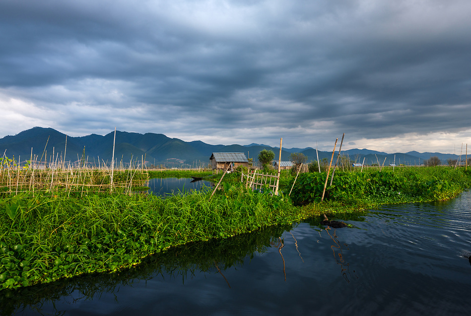 INLE LAKE, MYANMAR - CIRCA DECEMBER 2017: Typical shack on stilts and floating islands in Inle Lake, Myanmar (Daniel Korzeniewski)