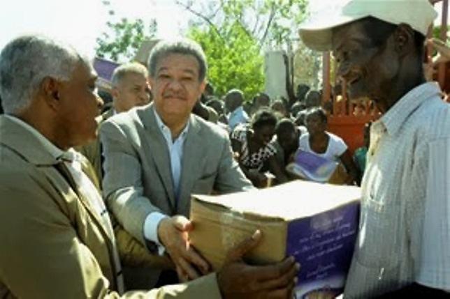 Bombazos y macanazos en reparto de dádivas de Leonel en Barahona