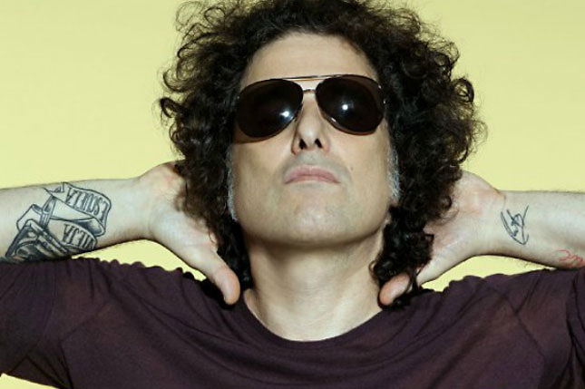 Calamaro, con menos pelo y m&aacute;s a&ntilde;os, seduce con la frescura de siempre