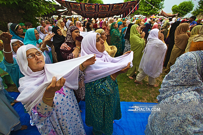 Devotees converged for peace prayers at the famous Muslim shrine of Hazratbal to mark Meraj-ul-Alam festival in Srinagar, Prophet Mohammed's Moi-e-Muqaddas (Holy Relic) is displayed for public viewing on ten occasions in a year, which includes Meraj-ul Alam. (Himanshu Khagta)