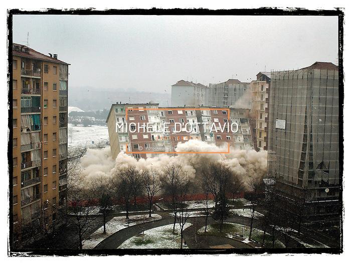 Progetto di riqualificazione di via Artom a Torino.  Il 28 dicembre del 2003 il primo palazzo è stato abbattuto con cariche di dinamite, mentre il secondo, quello di Via Fratelli Garrone sarà demolito con tecniche più tradizionali a partire dall'ottobre 2004. (Michele D'Ottavio)