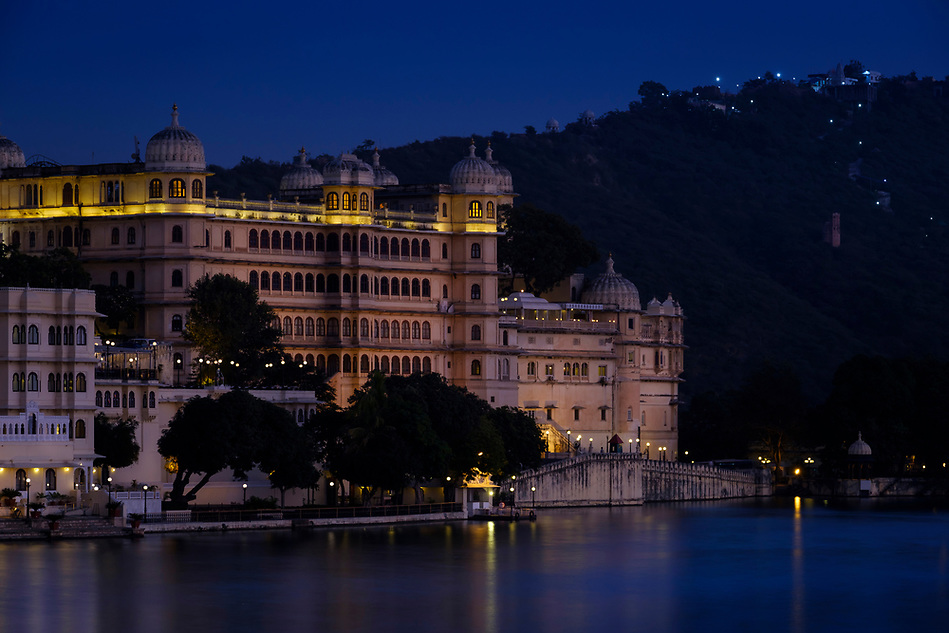 UDAIPUR, INDIA - CIRCA NOVEMBER 2016: Udaipur City Palace and Lake Pichola at night in Udaipur (Daniel Korzeniewski)