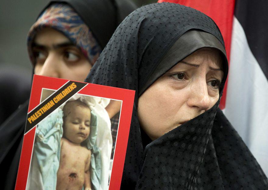 TEHERÁN (IRÁN), 15/07/2014.- Varias mujeres iraníes participan en una manifestación en apoyo al pueblo palestino y que pide el cese de los bombardeos de Israel sobre Gaza, en la entrada de la sede de las Naciones Unidas en Teherán (Irán) hoy, martes 15 de julio del 2014. La Fuerza Aérea israelí ha reanudado los ataques en Gaza en respuesta al disparo de decenas de cohetes por milicianos palestinos, a pesar de que el primer ministro, Benjamín Netanyahu, aceptó esta mañana un alto el fuego propuesto por Egipto. EFE/Stringer