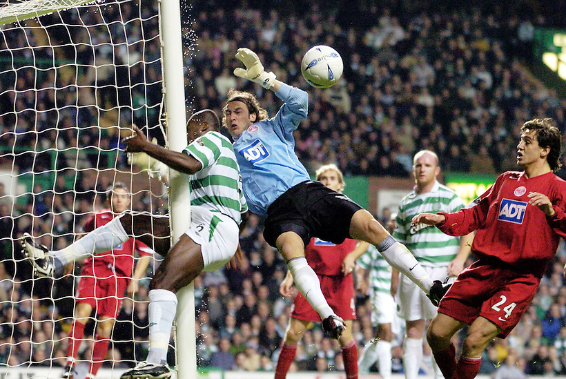 27TH OCT 2004 , CELTIC V ABERDEEN, SPL MATCH AT CELTIC PARK, GLASGOW, BOBO BALDE GETS INJURED BY POST AS DAVID PREECE LOOKS ON, ROB CASEY PHOTOGRAPHY. (ROB CASEY/ROB CASEY PHOTOGRAPHY)