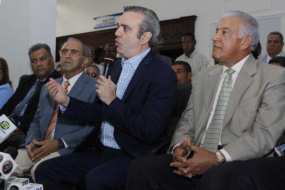 Luis Abinader da la bienvenida a Guillermo Caram y a los técnicos del PRSC.