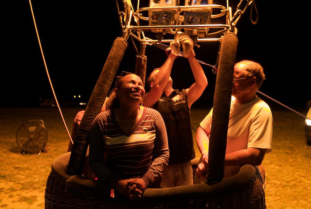 At night all the balloons are blown up with hot air and illuminated through the burners.  La nuit tombée, les montgolfières sont gonflées et illuminées grâce aux brûleurs. (Tarek Charara)