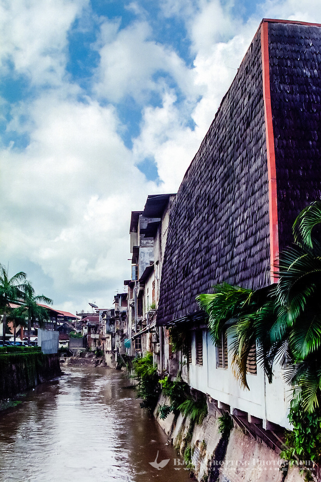 Bali, Denpasar. The capital center. This river floats through the city. (Photo Bjorn Grotting)