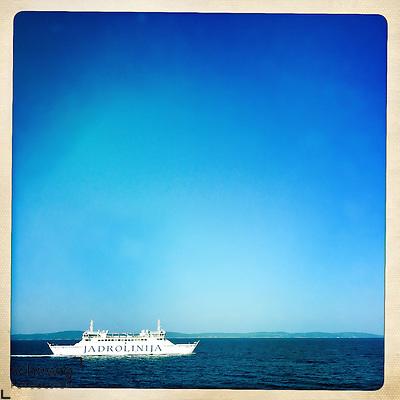 Faehrschiff in Fahrt zwischen Split und Supetar / Insel Brac, niedriger Horizont, Kroatien (Dieter Schewig)