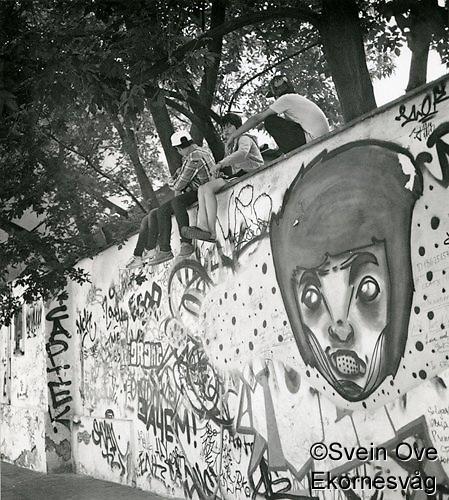 """Noen gutter slapper av i skyggen under noen trær ved en murkant i Moskva. Eksprimentell fremkalling på fotopapir fra begynnelsen av 70-tallet. Hard kontrast og """"glødende"""" hvit. Foto: Svein Ove Ekornesvåg (Svein Ove Ekornesvåg)"""