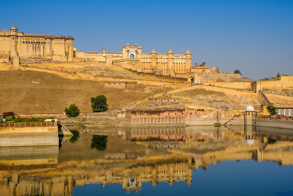 JAIPUR, INDIA - CIRCA NOVEMBER 2016: View of the Amer Fort, also know as the Amber Fort and Maotha Lake in Jaipur (Daniel Korzeniewski)