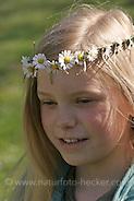 Mädchen mit Gänseblümchen-Kranz auf dem Kopf, Blumenkranz, Blumen-Kranz, Kranz aus Blüten, Gänseblümchen, Bellis perennis, Daisy (Frank Hecker)