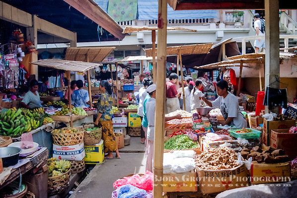 Bali, Gianyar, Ubud. On the market in Ubud you can by everything from souvenirs to fruit and vegetables. (Photo Bjorn Grotting)