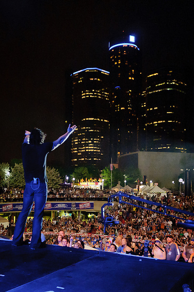 Joe Nichols says hello to Detroit. (Jon Diener)