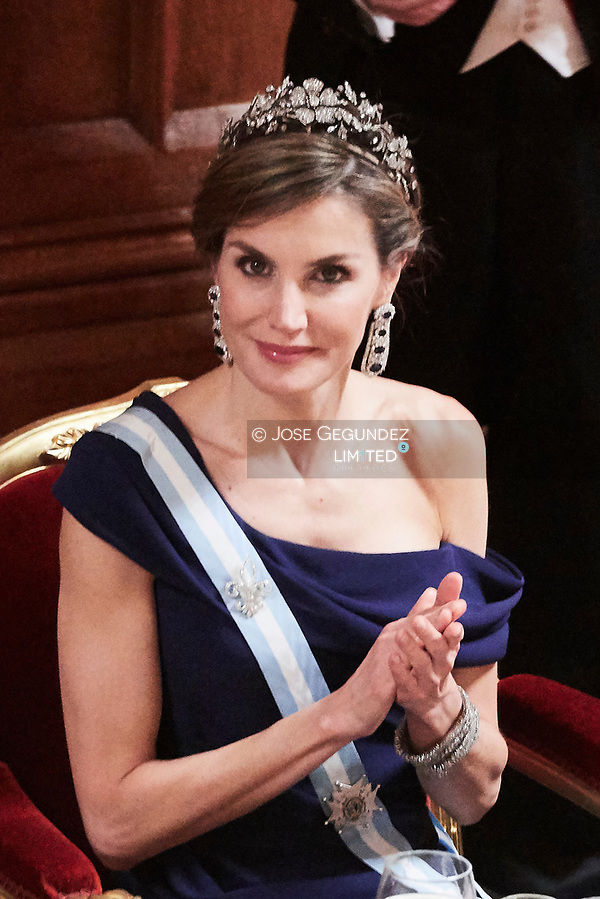 Queen Letizia of Spain attends a Dinner hosted by Sadiq Khan, Mayor of the City of London, in honor of Spanish Royals at Guildhall on July 13, 2017 in London. Inside the Guildhall during the speeches. (© JOSE GEGUNDEZ)
